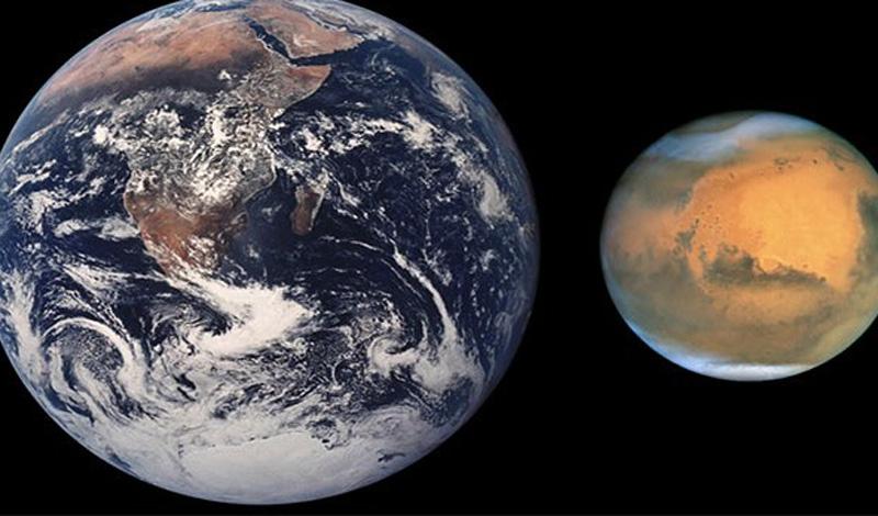 Марс примерно в два раза меньше Земли.