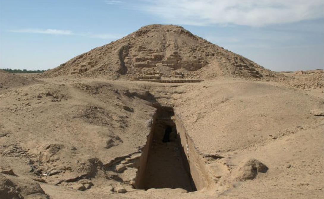 Само собой, воры всего мира пытались проникнуть в пирамиды, пытаясь завладеть сказочными сокровищами фараонов. Некоторым это удалось. Большинство погибло при весьма странных обстоятельствах — десятки археологов разделили их судьбу. Ученые до сих пор не пришли к однозначному выводу, что может быть виной такому исходу событий.