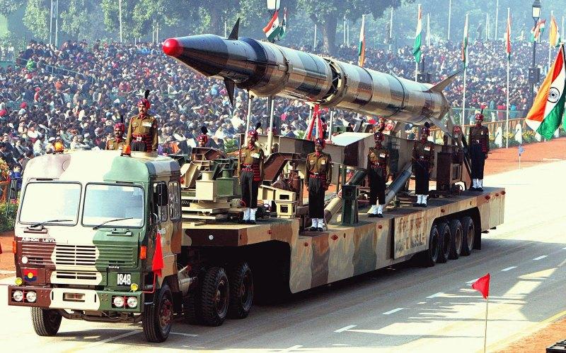 Индия Бюджет: $50 млрд Людские ресурсы: 615 млн Бронетехника: 6,464 Авиация: 1,905 Подводные лодки: 15 Индия является одной из крупнейших военных держав на планете. Количеством военнослужащих она уступает лишь США и Китаю, а танков и самолетов у Индии меньше лишь, чем у США, Китая и России. Индия также имеет доступ к ядерному оружию.