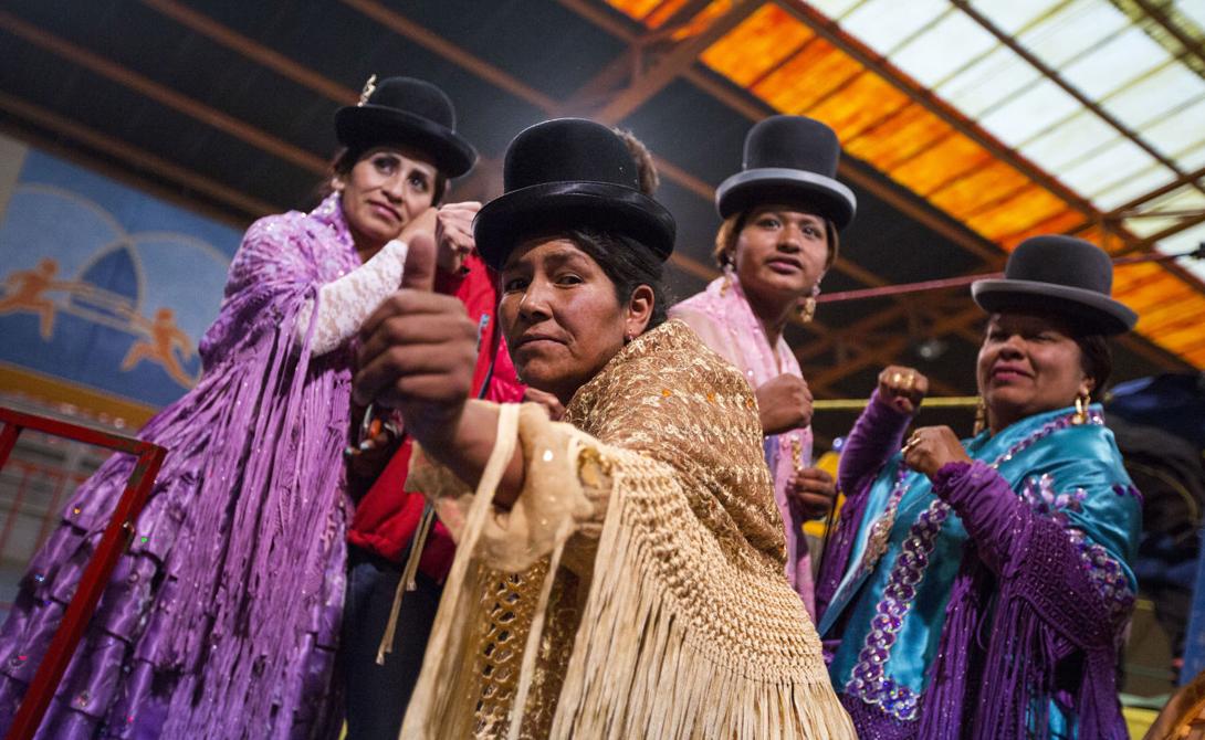 Борьба cholitas luchadoras довольно опасна. Если американские реслеры себя берегут и строго придерживаются сценария битвы, то у горячих боливийцев кровь просто застилает глаза. Девушки получают достаточное количество травм на ринге, случалось даже несколько смертей.