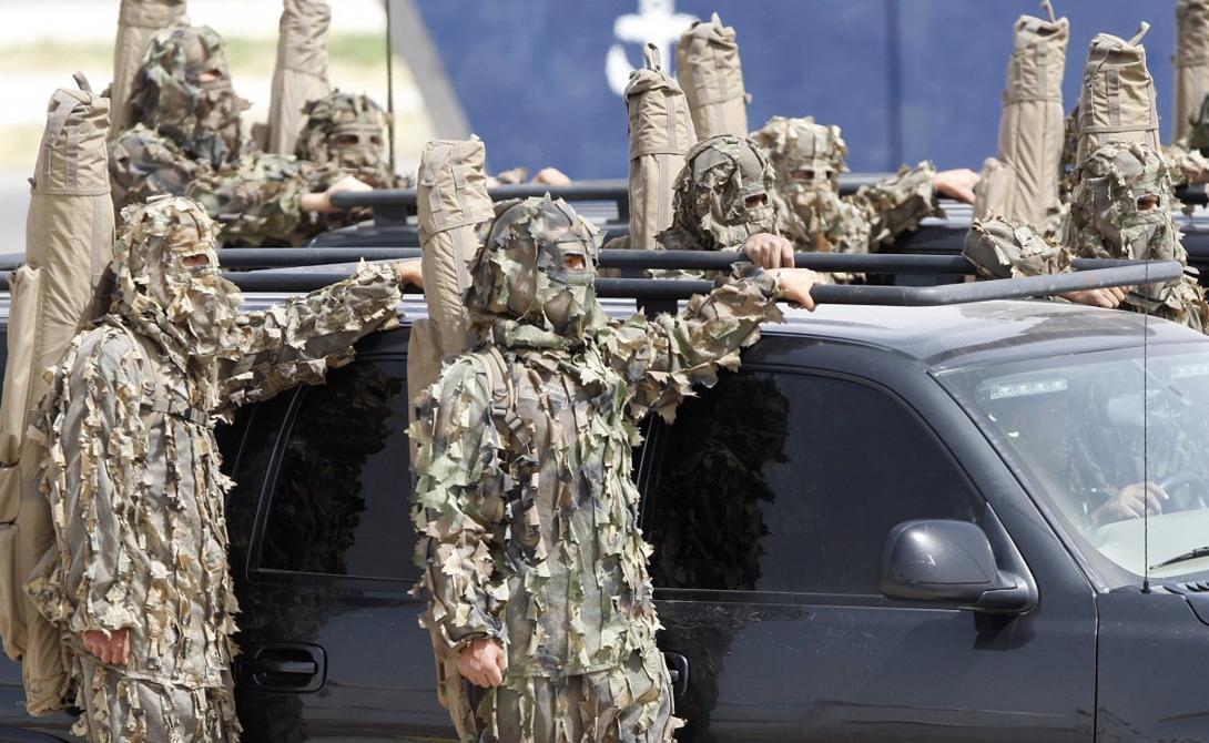 На этом снимке члены иорданского спецназа (личности солдат и офицеров содержатся в строгом секрете) участвуют в параде, посвященном специализированной выставке SOFEX.