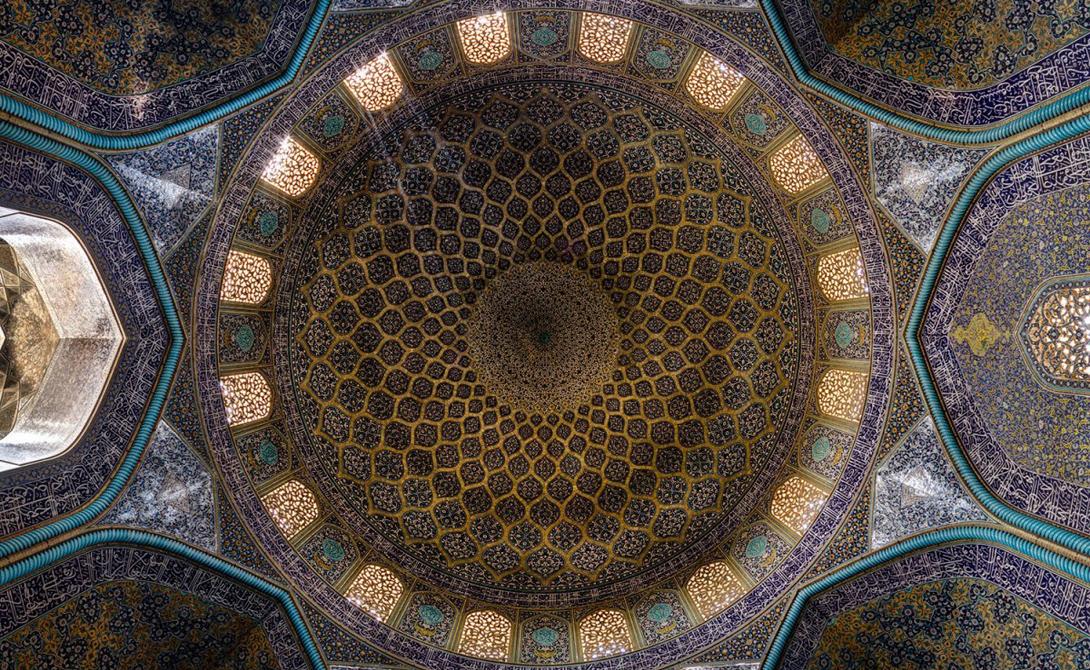 Мечеть шейха Лютфуллы стоит на восточной стороне площади Нагш-я Джахан, Исфахан. Строительство мечети началось в 1603 году и была закончено в 1619 году.