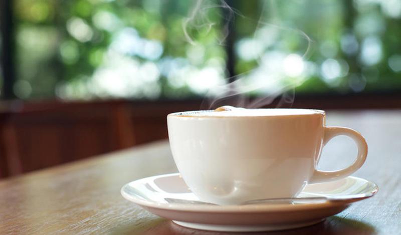Утренний кофе Кофеин похож на теофиллин, рецептурный препарат, используемый для борьбы с астмой. Конечно, последний является более эффективным — но вы все еще можете чувствовать себя немного менее неприятно после утреннего крепкого кофе. К тому же, если ваша аллергия вызывает мигрень, кофеин может также облегчить головную боль.