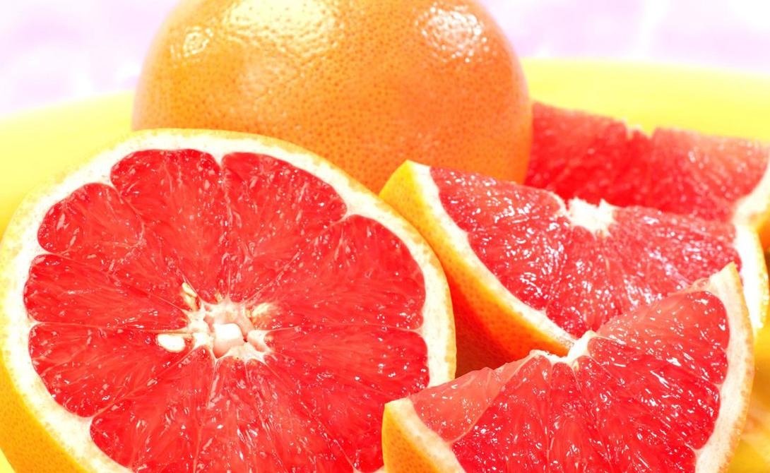 Грейпфрут Очищать грейпфрут — большая ошибка. Именно во внутренних перепонках (невкусных и горьких), содержится странная штуковина — флавоноид нарингин, который отвечает за жиросжигание. Помимо прочих плюсов, грейпфрут обладает и желчегонным эффектом. Мы рекомендуем добавлять половинку грейпфрута к каждому завтраку: так вы сможете заметить результат уже через месяц.