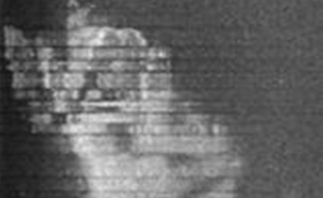 Аномалию нашли при помощи гидролокатора бокового обзора. Когда водолазы спустились под воду, они обнаружили, что аппаратура перестает работать в непосредственной близости от объекта.
