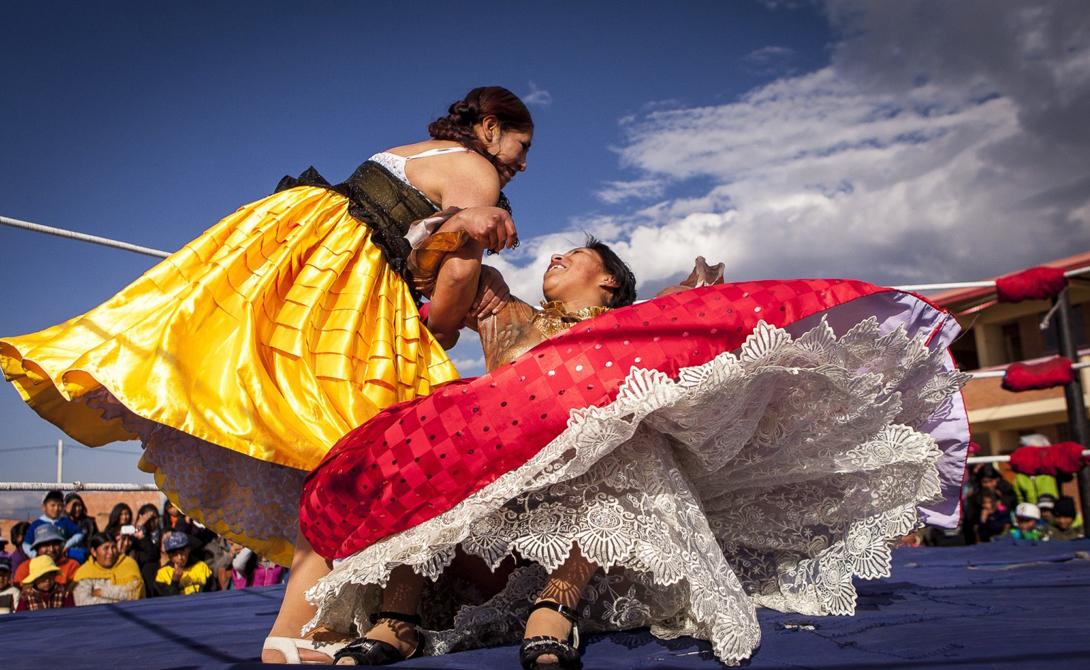 Дерущиеся чолитас, или cholitas luchadoras — громкий ответ Боливии на мексиканскую Луча Либре. Зародилась эта странная борьба в городке Эль-Альто, находящемся на высоте 3 900 метров над уровнем море.