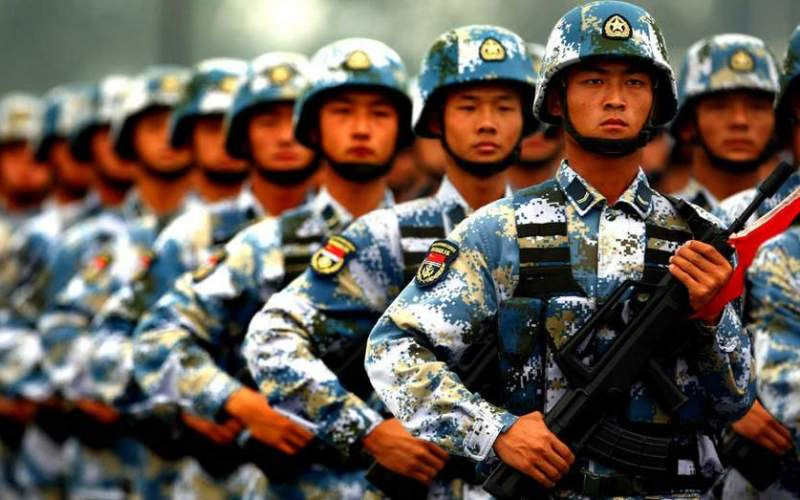 Китай Бюджет: $216 млрд Людские ресурсы: 749 млн Бронетехника: 9,150 Авиация: 2,869 Подводные лодки: 67 Мощь китайской армии стремительно растет как в количественном, так и в качественном соотношении последние несколько десятилетий. Китай располагает самым большим количеством военнослужащих в мире, второй после России танковый парк и опять же второй по величине после США подводный флот. Китай также вкладывает множество средств, что позволяет им достигать поразительных успехов, в военные программы по модернизации, в том числе в баллистические ракеты и самолеты пятого поколения.