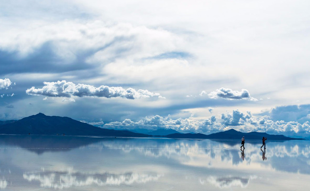 Во время сезона дождей солончаки Салар де Уюни в Боливии покрыты тонким слоем воды, которая создает сюрреалистические отражения неба.