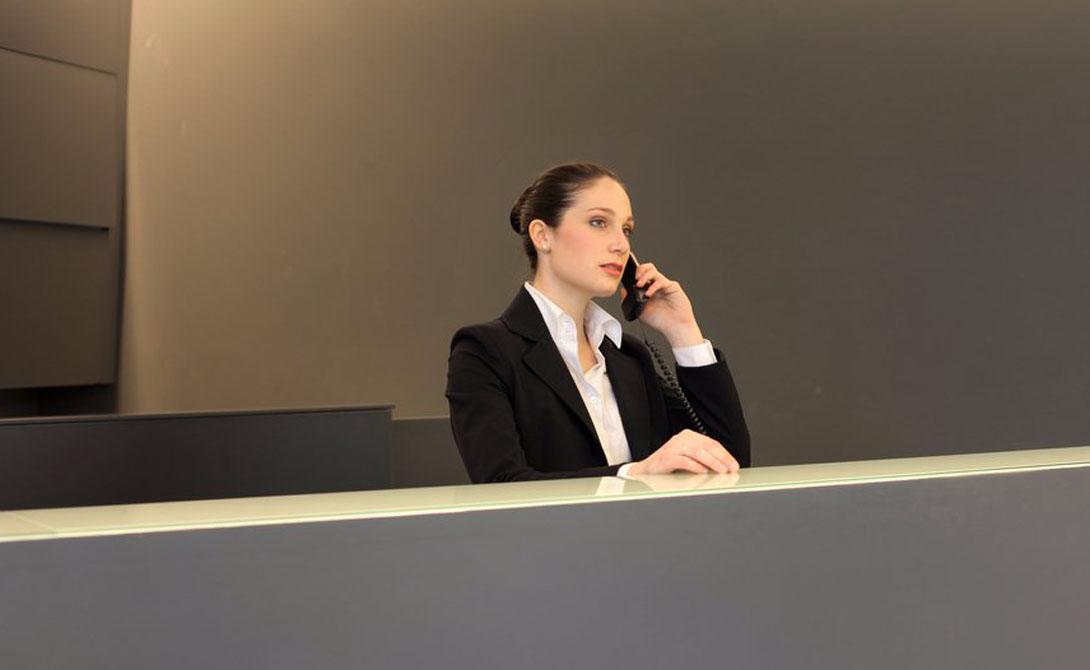 Телефонная проверка Позвоните по сотовому из своего номера на стойку регистрации и попросите портье соединить вас с самим собой. Если портье называет ваш номер — о безопасности в этом месте можно забыть. Правильный ответ будет «я могу вас соединить».