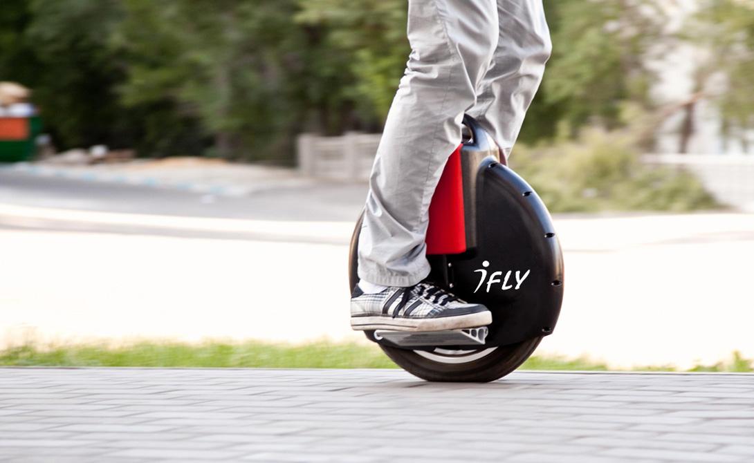 Моноколесо Приблизительная стоимость:50 000 рублей Легкое и маневренное моноколесо — довольно новый вид развлечения. Такая штука оснащена гироскопом, упасть с нее будет сложновато даже новичку. При всей простоте конструкции, скорость набрать можно немалую, до 30-40 км/ч. Неплохая замена надоевшему велосипеду.