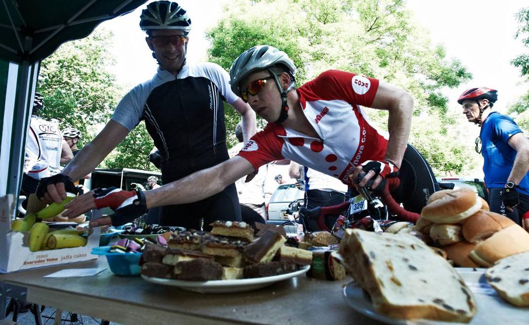 Еда на ходу Вы можете потратить весь день, путешествуя на велосипеде. Организму, безусловно, понадобится энергия — так получите ее не из вредной и тяжелой пищи, а из легкого, полезного перекуса. К примеру, велосипедисту будет комфортно съесть питательный батончик с мюсли, банан, или выпить протеиновый коктейль.