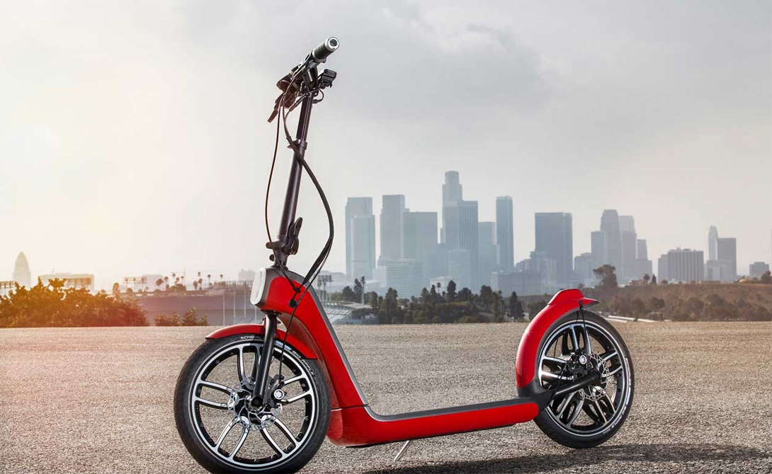 Электросамокат Приблизительная стоимость: 64000 рублей По конструкции электросамокат очень напоминает самокат обычный, только с мотором. У современных моделей двигатель встроен прямо в заднее колесо, для снижения веса. На такой «игрушке» вы вполне освоите приемлемые городские расстояния: одного заряда хватает на 20-25 километров, скорость — около 20 км/ч.
