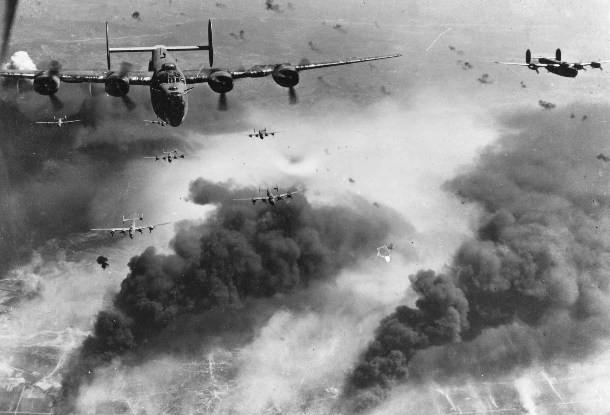 Вторая мировая война Погибших: 25 - 30 млн Во Второй мировой войне участие приняли большинство стран планеты. На полях сражений более ста миллионов людей пытались вырвать друг другу сердца. Холокост, стратегические бомбардировки, ядерная бомба – человечеству, определенно, есть чем гордиться.