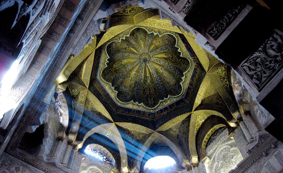 Мескита Кордоба, Испания Еще одна средневековая мечеть, построенная в 784 году, была захвачена католиками и преобразована в римско-католический собор в 1236 году. Мескита считается самым известным произведением мавританской архитектуры.