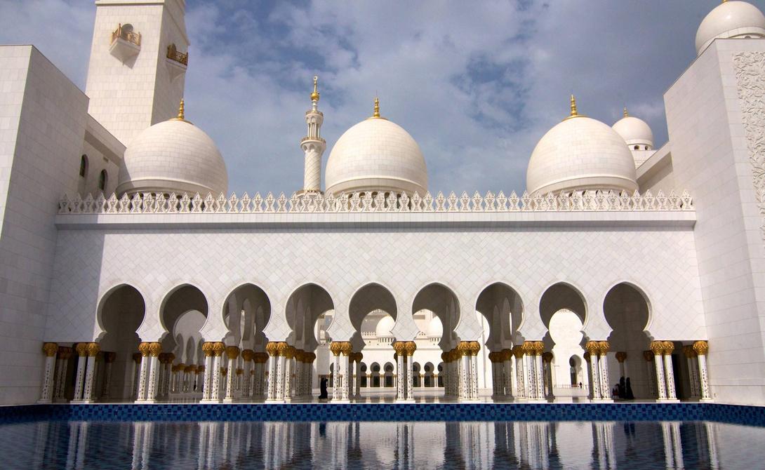 Мечеть шейха Зайда ОАЭ Это самая большая мечеть в Объединенных Арабских Эмиратах и восьмая по величине мечеть в мире. Здание было построено в период между 1996 и 2007 годами и до сих пор является одним из основных мест паломничества мусульман со всей планеты.