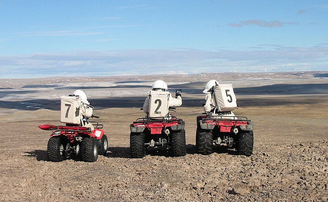 Экипаж станции исследует остров на моторных модулях EVA.