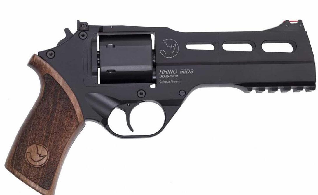 Chiappa Rhino С виду это обычный револьвер — по большому счету, так оно и есть. Инновационна же сама система отдачи: назад, а не вверх. Благодаря этому нововведению Chiappa Rhino стал в 7 раз точнее своих собратьев по классу.