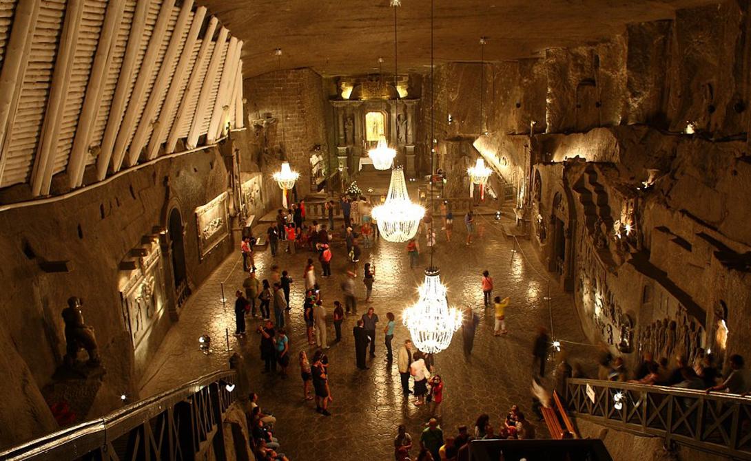 В Польше вам придется преодолеть 800 ступенек, чтобы попасть в помещение величественной картинной галереи. Кроме того, здесь же расположены здравница и обширные залы для различных мероприятий — от свадеб до бизнес-конференций. Это чудо тринадцатого века когда-то было соляной шахтой.