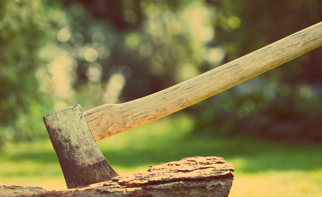 Грамотная работа Мозги нужно включать даже при колке дров. Не лупите колуном абы куда: найдите самую крупную трещину на срезе и цельтесь так, чтобы острие вошло в полено под тем же углом. Обратите внимание на большие сучки — в этих местах разрубить полено будет сложно.