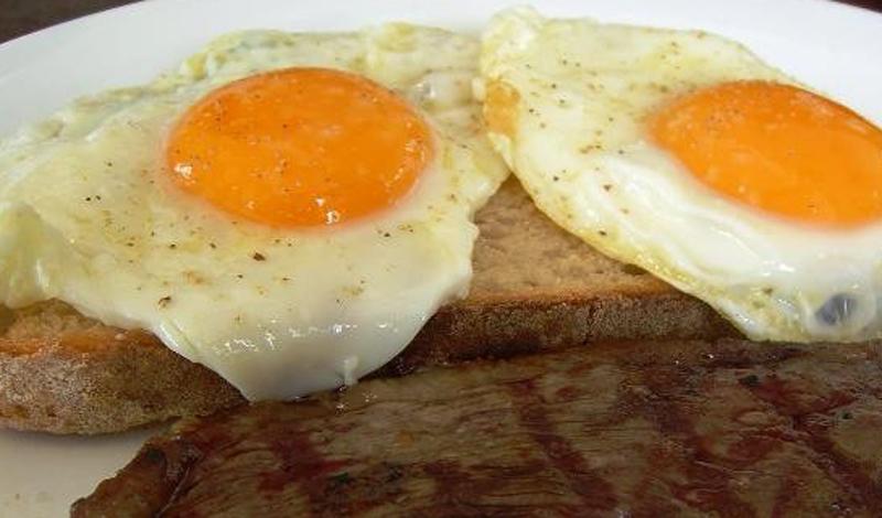 Среди всех пищевых продуктов яйца содержат больше всего холестерина. Не стоит есть больше пары яиц в день.