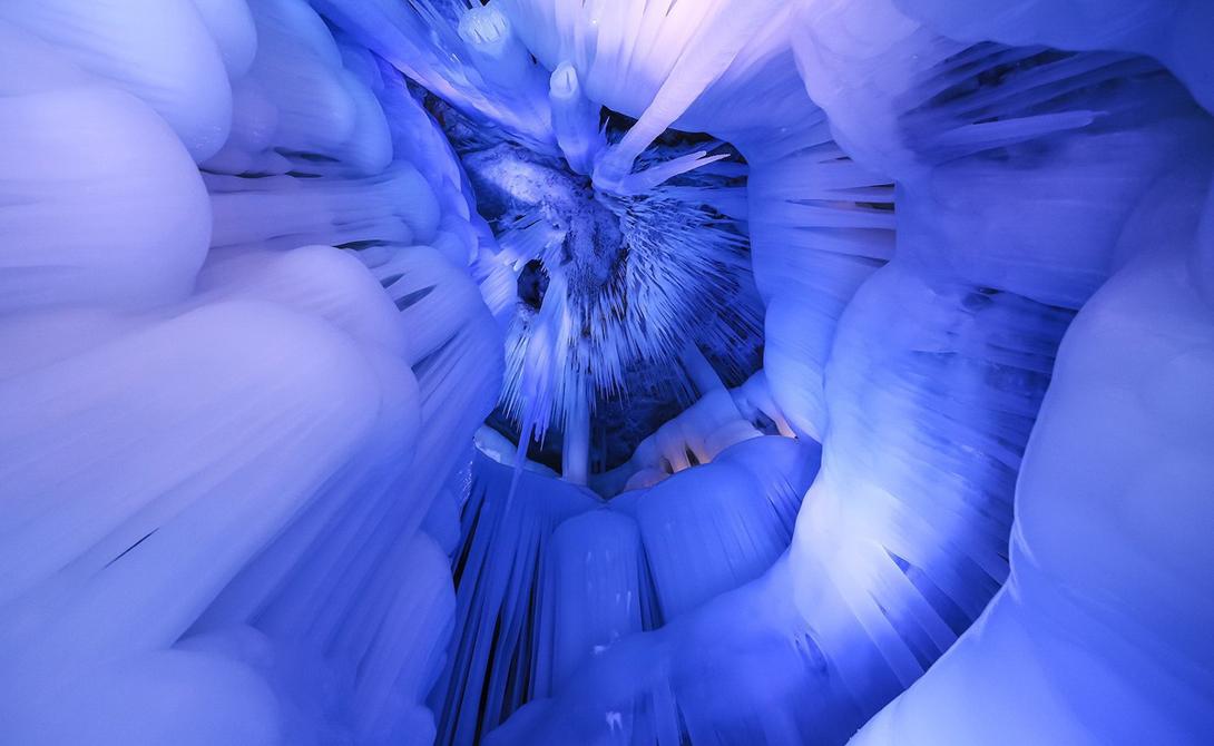 Местные жители называют пещеру «Подземельем десяти тысяч лет». Уникальность этого места в вечном холоде: даже летом, когда температура снаружи поднимается выше 20 градусов по Цельсию, внутри все окутано льдом.