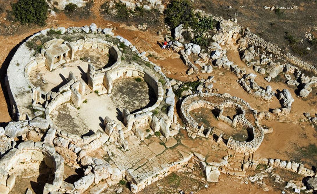 Мегалитические Храмы Группа из шести храмов разного стиля — одно из любимых туристических мест Мальты. Мегалитические постройки примечательны не только своим возрастом (они датированы 3 500 г. до Р.Х.), но и прямой связью с современными техническими решениями.