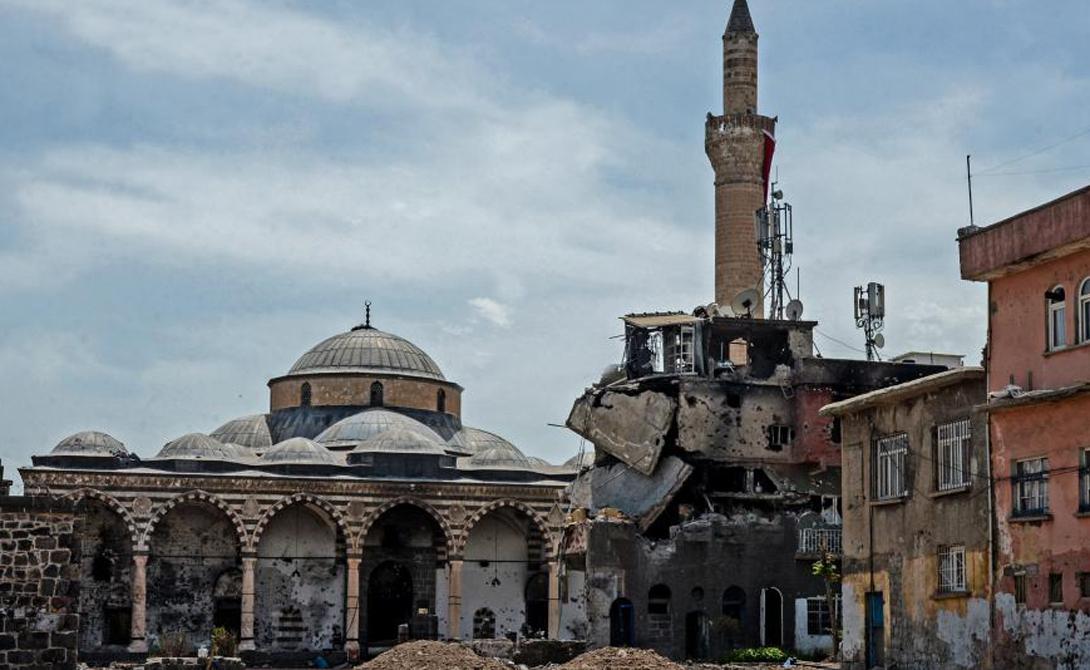 Диярбакыр Турция Укрепленный город Диярбакыр и окружающая местность были очень важны для нескольких империй. Эллины, Сасаниды, римляне, византийцы и представители исламских культур в разное время сражались за это укрепление.