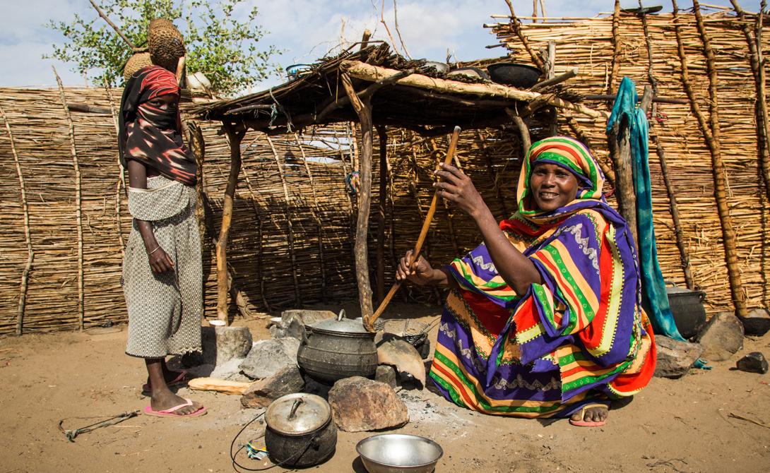 Замбия Продолжительность жизни: 46.93 года Прежде довольно благополучная страна, Замбия скатилась в нищету после падения мировых цен на медь, в 1970 году. С тех пор страна изо всех сил пытается справиться с целым рядом проблем. Отсутствие централизованного водоснабжения, эпидемия ВИЧ и 70% живущего за чертой бедности населения.