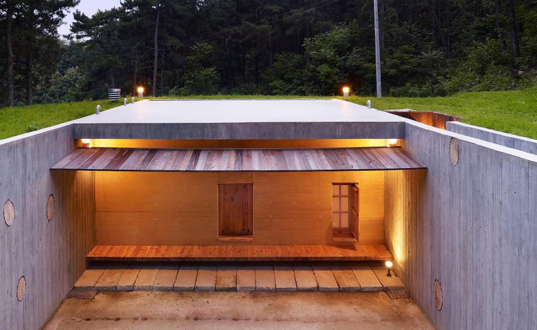 Построенный в 2009 году дом стал памятником корейскому поэту. Дом Земли в Сеуле имеет два внутренних двора, соединяющих шесть одноместных комнат, кухню, кабинет и ванную комнату с деревянной ванной и туалетом.