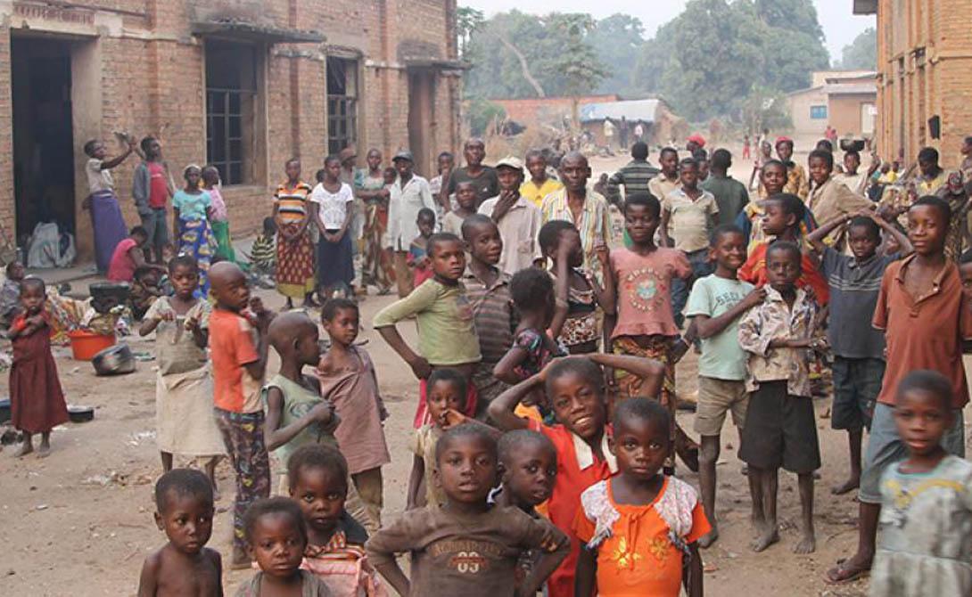Чад Продолжительность жизни: 48.52 года Чад является одной из самых бедных и коррумпированных стран в мире. Политическое насилие, рецидивы переворотов, бандформирования — здесь не пожелаешь оказаться и врагу. Кроме того, жители Чада сталкиваются с серьезными трудностями муниципальной инфраструктуры: только 48% городских жителей имеют доступ к питьевой воде и только 2% к базовой санитарии. Людям, живущим в сельской местности, еще хуже, поскольку там часто не хватает даже продовольствия и предметов первой необходимости.