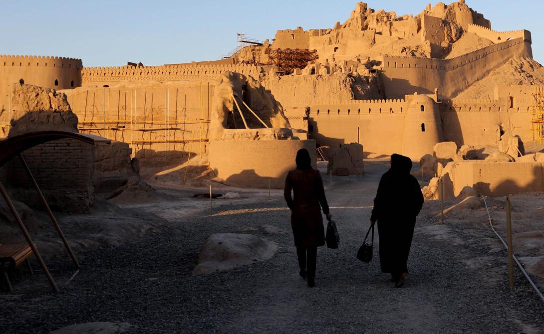 Бам Иран Бам расположен в пустынной местности, на южной окраине иранского высокогорного плато. Период расцвета этого города длился с 7-го по 11-й века: город занимал важное место на перекрестке стратегических торговых путей.