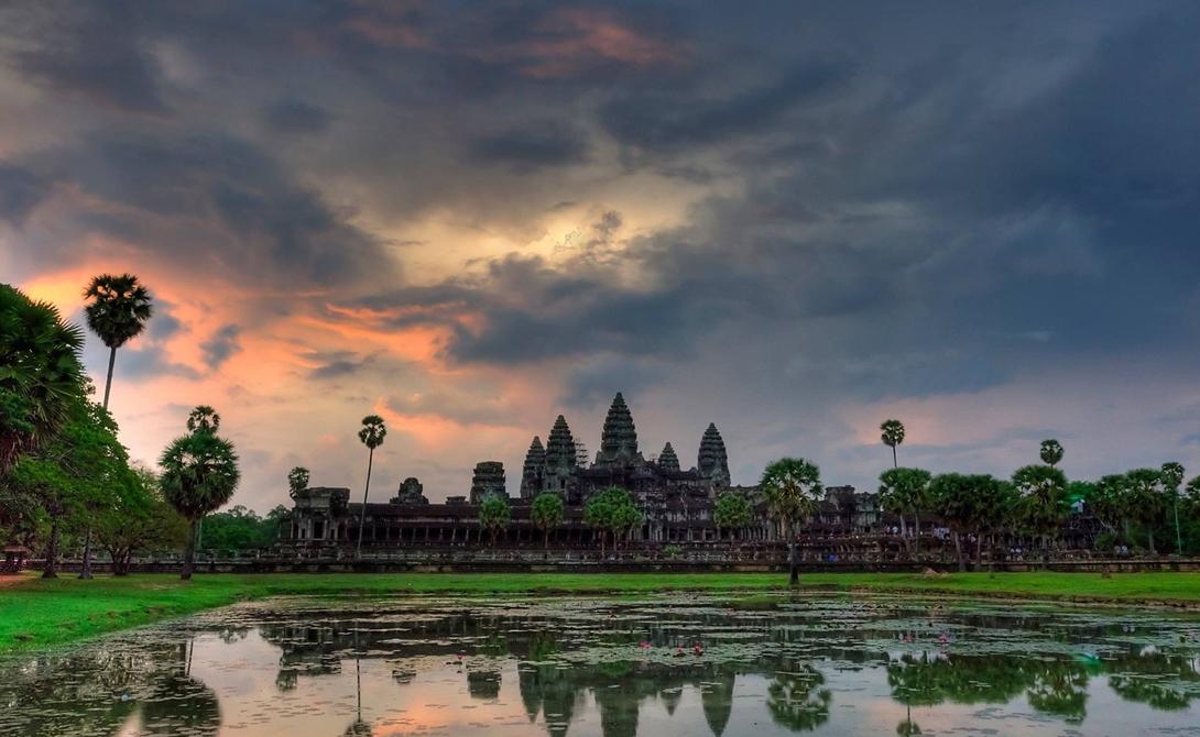 Ангкор-Ват Камбоджа Этот буддийский храмовый комплекс является крупнейшим религиозным памятником в мире. Кхмерский король Сурьяварман II построил храм в 12-м веке.