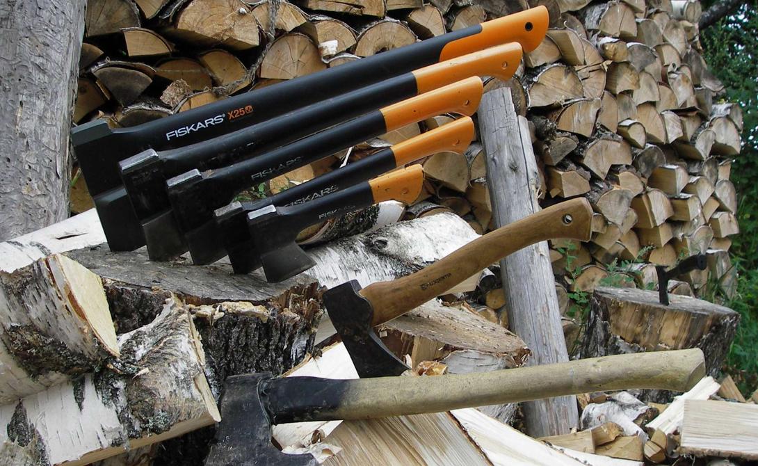 Чем рубим Для рубки твердой древесины понадобится соответствующее орудие. Колун, с толстым клиновидным лезвием, на пару килограммов тяжелее обычного топора — работать им будет удобнее.