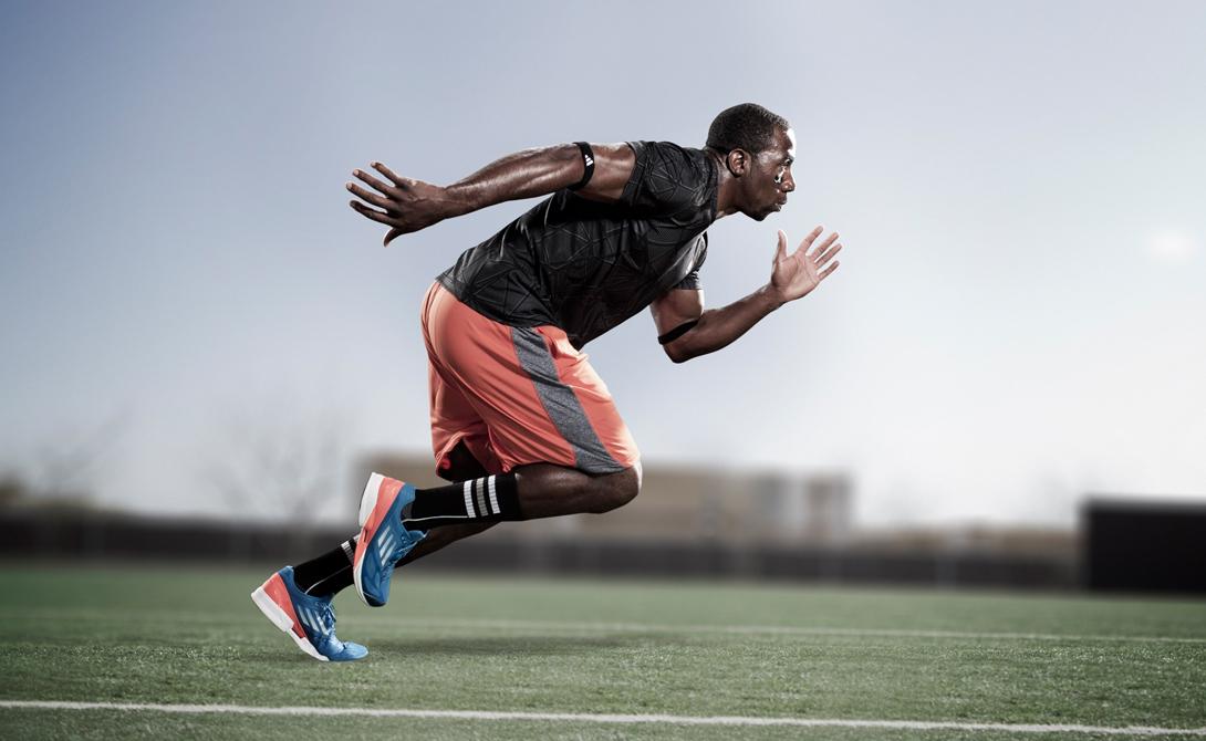 Интервальный бег Лучше всего проводить тренировку в зале, поскольку тут есть регулируемые беговые дорожки. Начните занятие с бега: 10 минут с перерывами. Схема упражнения: минута спринта, сорок секунд спокойной ходьбы.
