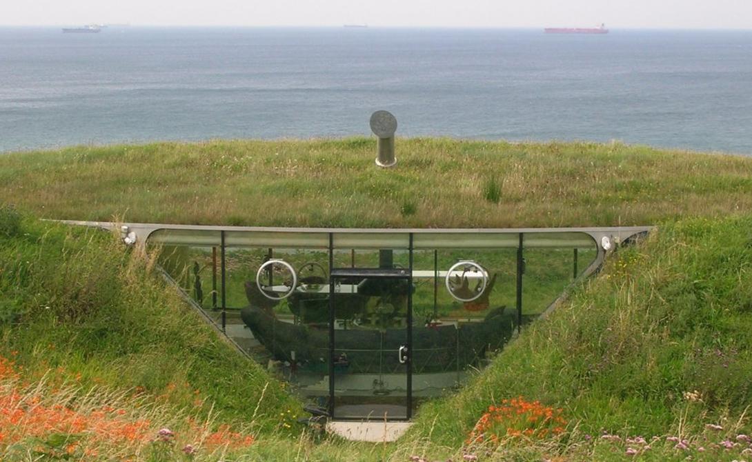 Этот хоббитоподобный дом был построен в 1996 году. Валлийская сельская местность как нельзя лучше подходит для конструкций такого рода. Дом имеет три спальни, из окон которых открывается потрясающий вид на океан.