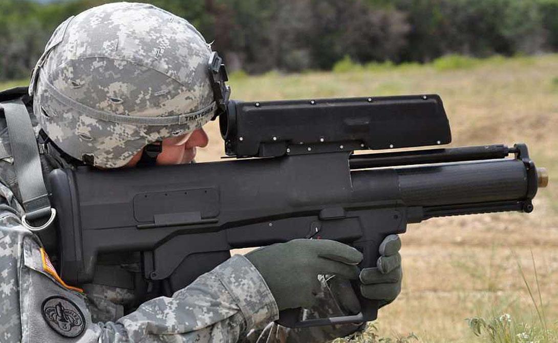 XM25 CDTE XM-25 представляет собой гранатомет, снаряды которого могут быть выпущены дистанционно. Для того, чтобы боец понимал, куда упала граната, каждый снаряд оснащен дымовым взрывателем.