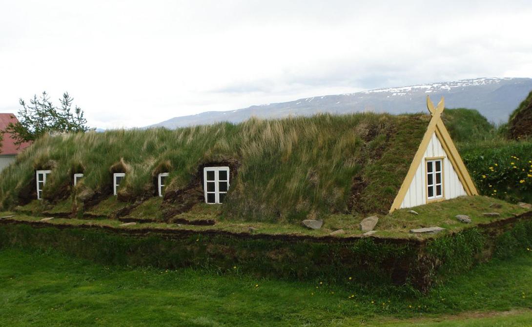А вот оригинальное решение из Глаумбайера, Исландия. Выстроенный на крепком каменном фундаменте дом будто врастает в землю: стенами ему служат многочисленные слои торфа.