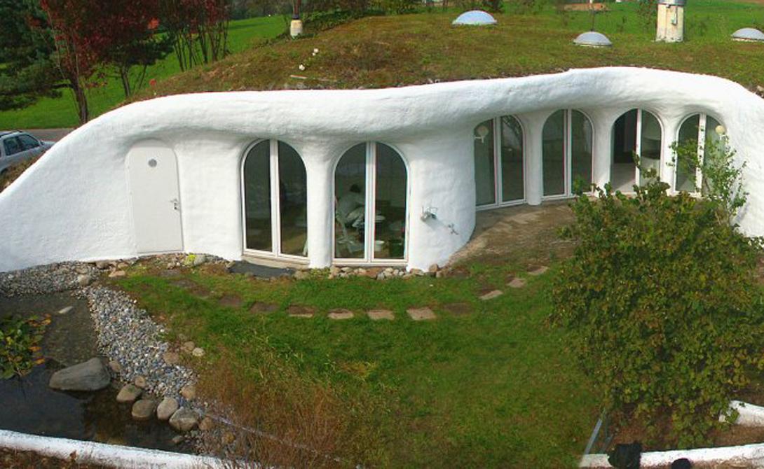 Архитектор Питер Ветцш продемонстрировал свое видение идеального человеческого жилища: швейцарский дом встроен прямо в землю, а его крыша частично опирается на детали окружающего ландшафта.