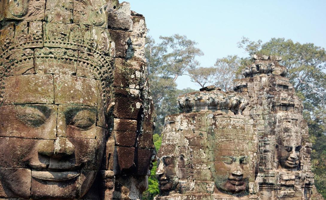 Храм Байон Сием Рип, Камбоджа А вот памятник уже кхмерской культуры. Храм Байон построили в конце 12-го века. Его отличительная особенность — массивные каменные скульптуры, расположенные на многочисленных башнях здания.