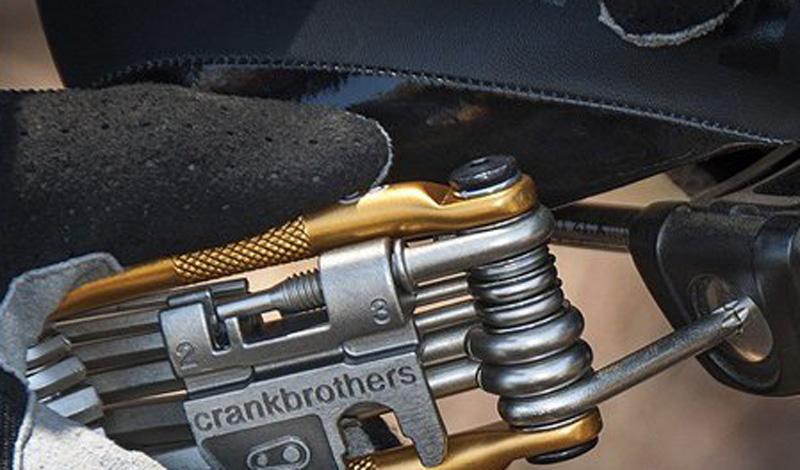 Мультитул Crank BrothersСтоимость: 1 500 рублей Велосипед — довольно простая техника. Немного сноровки и вы самостоятельно сможете починить большую часть неисправностей. Был бы инструмент под рукой. Мы рекомендуем подобрать для этих целей хороший мультитул вроде тех, что предлагают Crank Brothers.