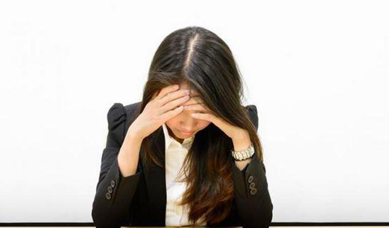 Мигрень Ни один доктор в мире не знает, чем вызвана мигрень. Вспышки ужасной боли, способные свести с ума и самого стойкого человека, просто не поддаются науке. Единственное, что точно известно врачам — мигрень передается по наследству.