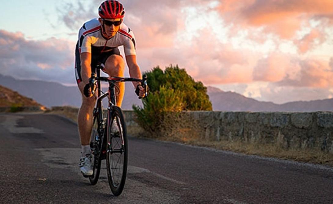Силовая программа Необязательно ходить в зал, чтобы развить силу: при грамотном подходе хватит и велосипеда. Для начала, разогрейтесь десятиминутной поездкой. Затем последует еще десять минут в более низком темпе. Частота сердечных сокращений упадет, вот тут-то и начнется жесткая часть тренировки. Выполните три максимально быстрых восьмиминутных интервала, с отдыхом в две минуты между каждым. Теперь понадобится небольшой подъем, после чего можно будет отдохнуть целых три минуты. Ключ к идеальной тренировке — акцентирование внимания только на нижней части тела, при максимально расслабленной верхней.