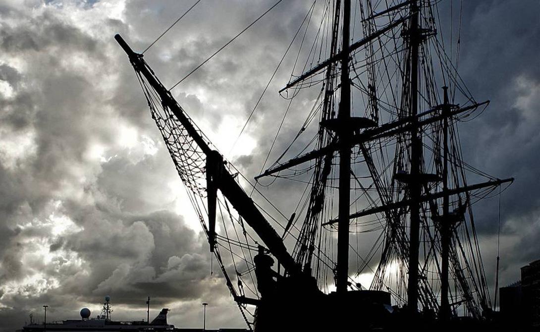 Кто хозяин В 2007 удача, наконец, улыбнулась дайверам из Odyssey Marine Exploration. В 40 милях от задокументированного места крушения «Королевского Торговца», были обнаружены остатки судна. Со дна подняли более 30 000 золотых монет — но это лишь жалкие крохи от перевозимых сокровищ. В борьбу за наследство вступила Испания и Англия: две страны пытаются отобрать у маленькой частной компании найденные сокровища.