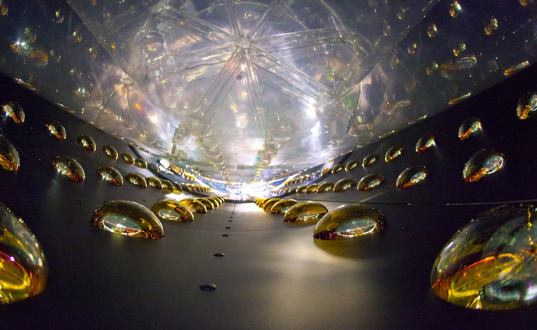 Daya Bay Нейтрино-эксперимент проходит сразу в трех огромных залах, захороненных на холмах Дайя-Бей, Китай. Шесть цилиндрических детекторов, каждый из которых содержит 20 тонн жидкого сцинтиллятора, сгруппированы в залах и окружены 1000 ФЭУ. Они тонут в бассейнах чистой воды, блокирующей любую окружающую радиацию. Соседняя группа из шести ядерных реакторов штампует миллионы квадриллионов безвредных электронных антинейтрино каждую секунду. Этот поток антинейтрино взаимодействует с жидким сцинтиллятором, чтобы излучать короткие вспышки света, которые подхватываются ФЭУ. Дайя Бэй построен для исследования осцилляции нейтрино.