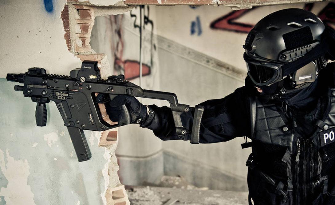 KRISS Vector Оружие представляет собой легкий пистолет-пулемет, отдача которого вверх снижена почти на 95%, а назад — на 60%. Стрелок может поражать цели очень и очень эффективно, причем с большой скоростью.