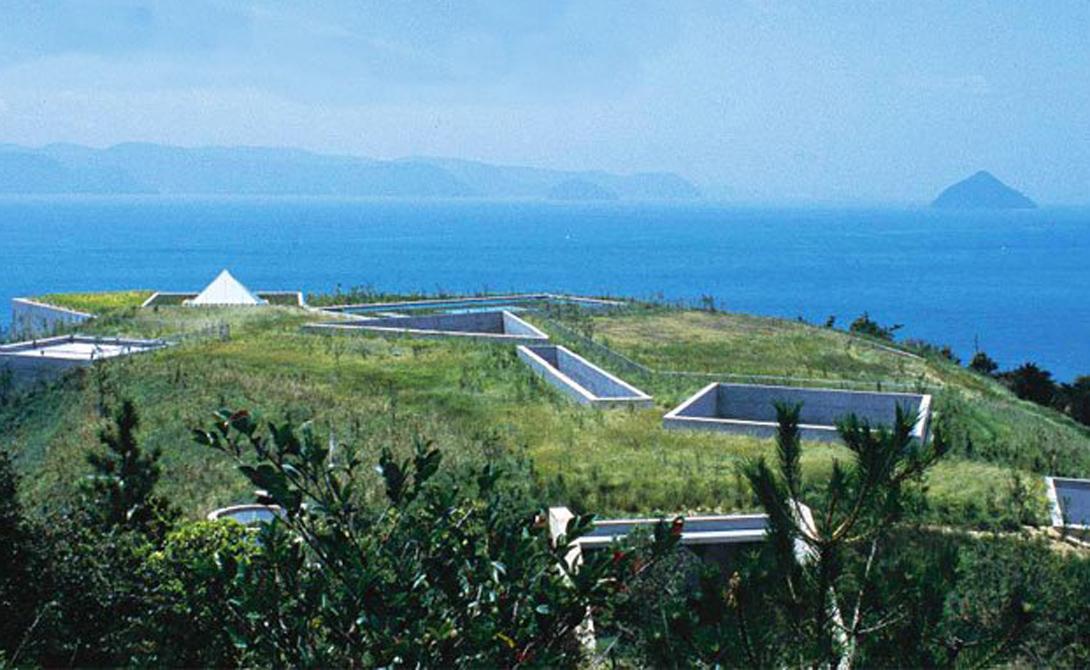 Архитектор «похоронил» этот музей на японском арт-острове Наосима. Небольшие бетонные отверстия и геометрические световые люки усеяны зелеными насаждениями.