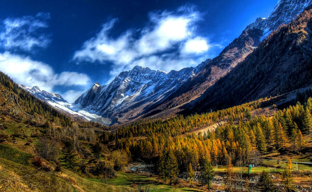 Лошанталь Швейцария Самая большая долина Швейцарии простирается на целых 27 километров. Лошанталь окружена живописными горами, средняя высота которых превышает 3000 метров.
