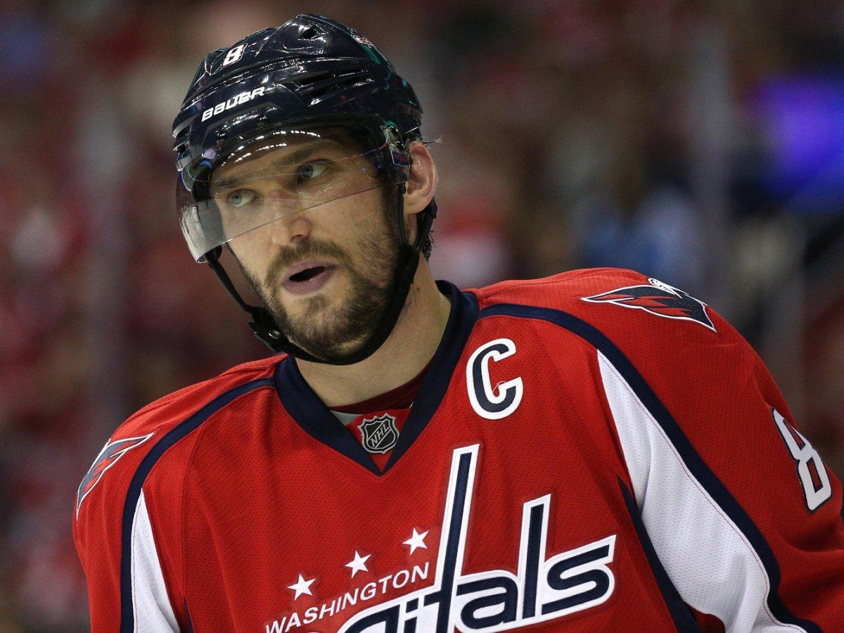 Александр Овечкин ХоккеистВозраст: 30 Овечкин остается самым грозным бомбардиром НХЛ. В 2015-16 гг Овечкин возглавил Washington Capitals и привел команду к вершине топа НХЛ. В личном зачете хоккеист по-прежнему занимает лидирующие позиции.