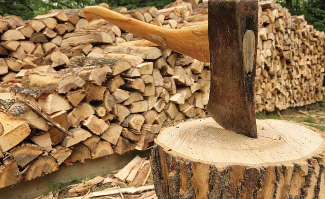 Рабочее место Колоть дрова на земле — лишний расход энергии. Твердая поверхность вроде бетона или асфальта исключена, поскольку она повышает риск травмы. Подберите удобную колоду для колки дров: широкую и примерно 15 сантиметров высотой. Слишком высокая или слишком низкая колода создаст опасность рикошетов.