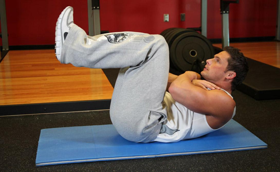 Скручивание на полу с поднятыми ногами Поднятые и согнутые в коленях ноги стимулируют статичное напряжение всего брюшного пресса. Добавьте скручивания — и упражнение станет идеальным. Итак, лягте на пол, поднимите согнутые в коленях ноги так, чтобы они оказались параллельно полу. Поднимайте торс на выдохе, стараясь приблизить голову к коленям. Следите за тем, чтобы поясница оставалась прижатой к полу на всех этапах.